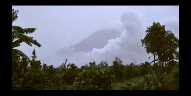 Evcúan a turistas por erupción de volcán Barujari. (Foto Prensa Libre: AP)