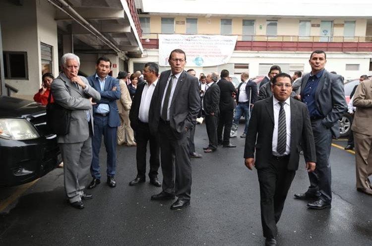 Diputados y colaboradores del Congreso tuvieron que esperar adentro del parqueo.