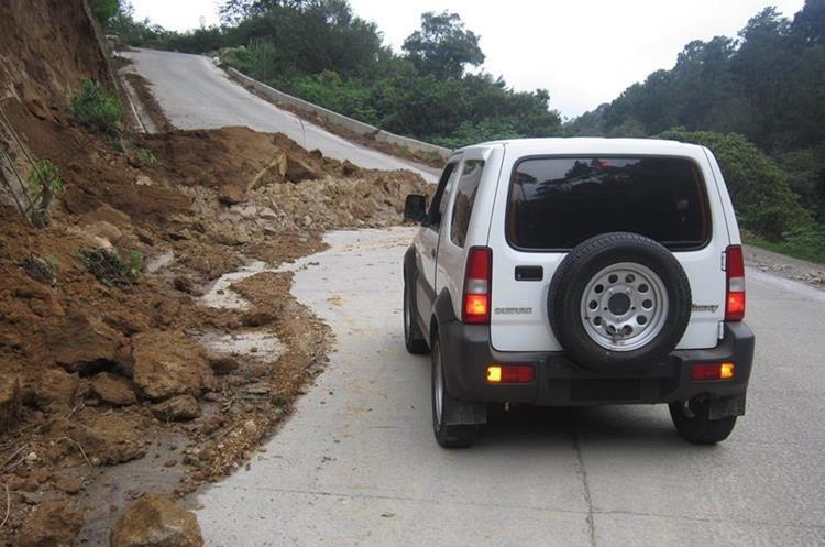 Un vehículo se dirige hacia Santa Clara La Laguna. (Foto Prensa Libre: Ángel Julajuj)