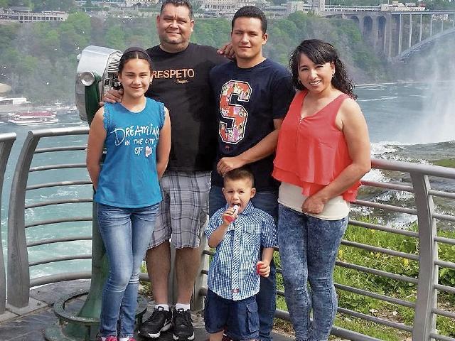 La activista  posa  junto a sus  tres hijos y su esposo, Alexandro Quezada, oriundo de Joyabaj.