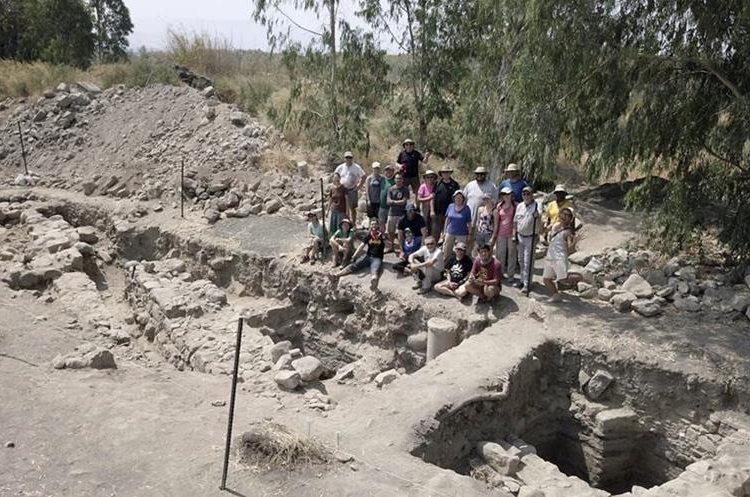 Grupo de arqueólogos posa junto a las nuevas excavaciones en Galilea. (Foto Prensa Libre: EFE)