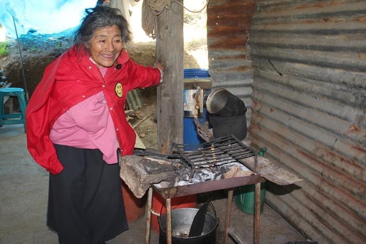 La septuagenaria cocina sus alimentos en un rincón de su casa, con leña. (Foto Prensa Libre: Mike Castillo)