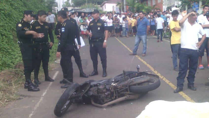 Agentes de la PNC resguardan lugar donde murió un motorista durante un accidente de tránsito en El Asintal. (Foto Prensa Libre: Jorge Tizol)