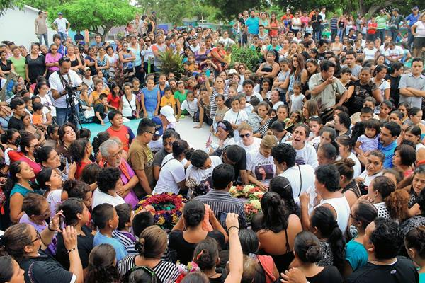 Cientos de personas exigen justicia por la muerte de Jacoba Arévalo, inhumada este viernes en Tiquisate, Escuintla. (Foto Prensa Libre: Carlos Paredes)