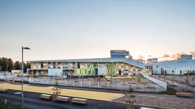 Exterior de la escuela Kastelli, diseñada por Lahdelma & Mahlamäki Architects. KUVATOIMISTO KUVIO OY