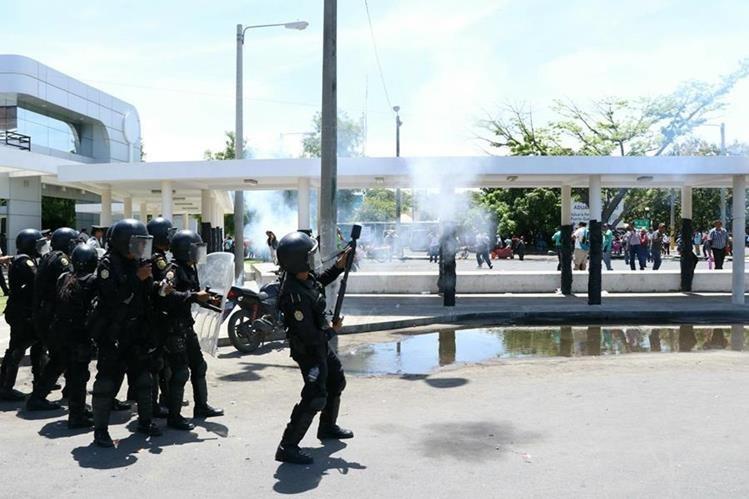 Agentes antimotines lanzaron gases a los manifestantes en Puerto Quetzal. (Foto Prensa Libre: Enrique Paredes)