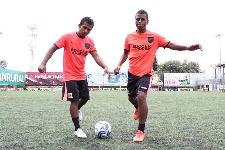 Los hermanos Carlos (derecha) y Pablo Barros han jugado juntos en cuatro equipos. Este torneo lo harán en la Primera División. (Foto Prensa Libre: Raúl Juárez)