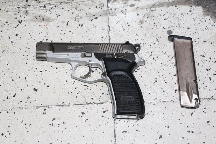 A las detenidas se les incautó un arma de fuego y cartuchos útiles. (Foto Prensa Libre: PNC)