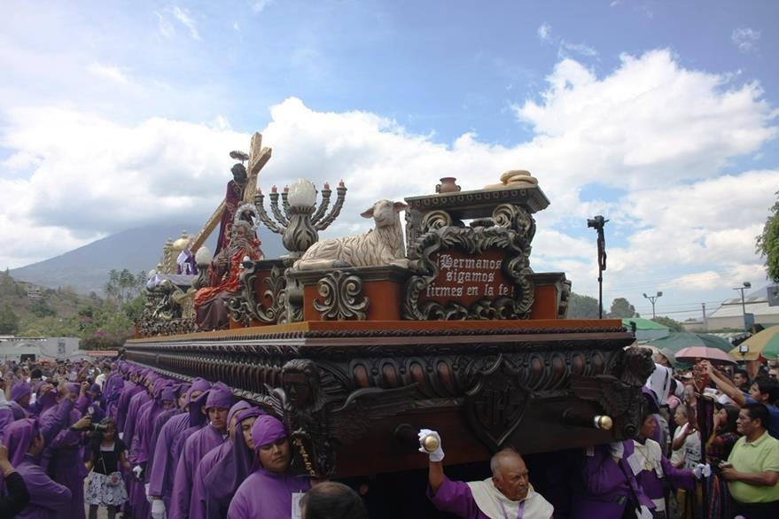 La consagrada imagen de Jesús Nazareno de la Dulce Mirada de la Aldea Santa Ana sale en su recorrida procesional cada cuarto domingo de cuaresma. (Foto Prensa Libre: Renato Melgar)