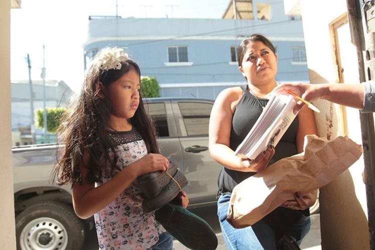 Hijos de pilotos asesinados reciben zapatos y útiles escolares. (Foto Prensa Libre: Erick Ávila)