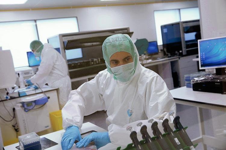 Los forenses recogen el ADN extraído de las partes del cuerpo de las víctimas del accidente de un avión de Germanwings,(Foto Prensa Libre: AFP)