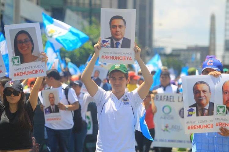 También se resalta entre los rostros que las personas del interior piden que los diputados renuncien a sus distritos.