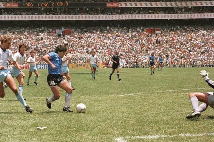 Maradona supera a la defensa de la selección de Inglaterra en el Mundial de México en 1986. (Foto Prensa Libre: Hemeroteca PL)