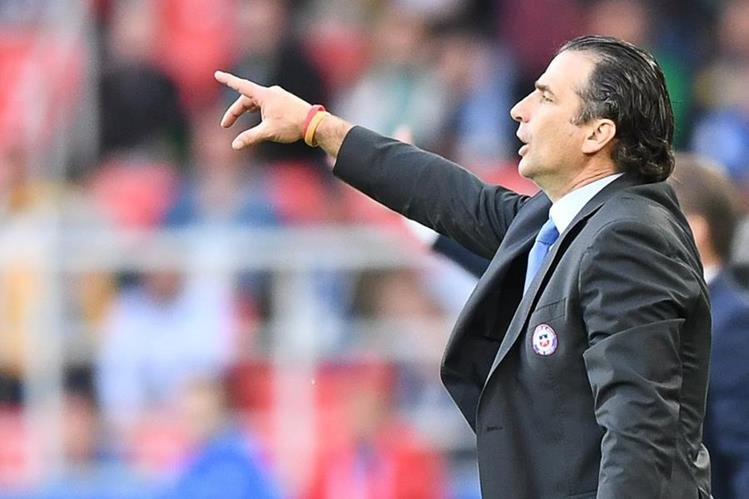 El técnico argentino Juan Antonio Pizzi de la Selección de Chile, se enfoca en el duelo contra Portugal. (Foto Prensa Libre: AFP)