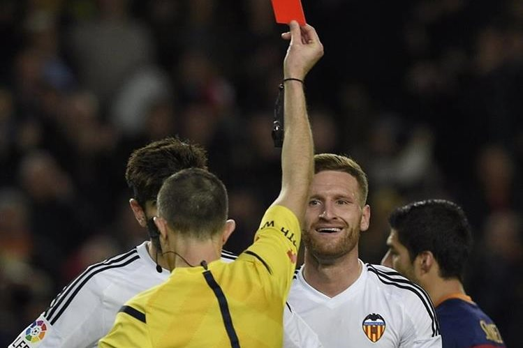 Shkodran Mustafi criticó fuerte a la defensiva del Valencia. (Foto Prensa Libre: EFE)