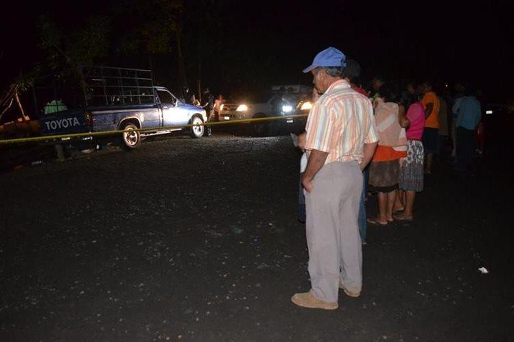 Vecinos de San Andrés Villa Seca observan escena del crimen donde una pareja fue ultimada. (Foto Prensa Libre: Jorge Tizol)