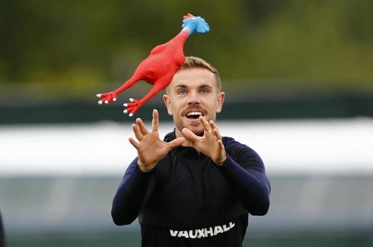 Las gallinas de goma acapararon la atención en la práctica de Inglaterra. (Foto Prensa Libre: Twitter @England)