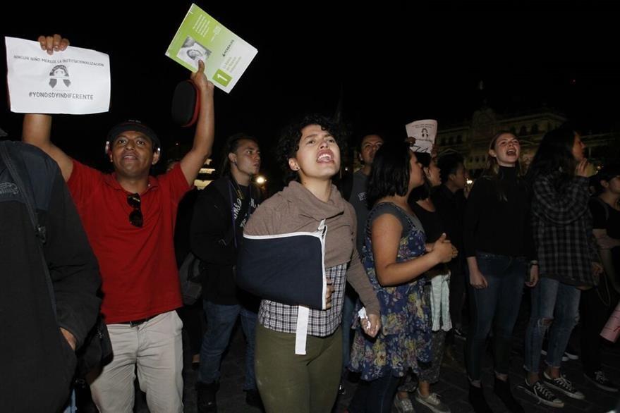 Ciudadanos se acercaron a la Catedral para demandar justicia al presidente Jimmy Morales. (Foto Prensa Libre: Paulo Raquec).