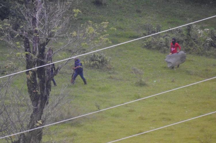 Algunos de los pobladores que se oponen a la hidroeléctrica usan gorros pasamontañas. (Foto Prensa Libre)