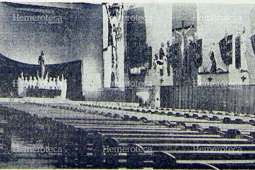 El templo tiene una nave única donde destaca el altar mayor y el víacrucis gigante. (Foto Prensa Libre: Hemeroteca)