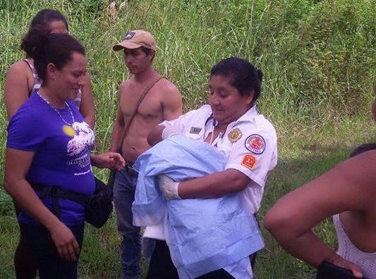 Bomberos Voluntarios rescataron a la bebé y la trasladaron al Hospital Distrital de Poptún. (Foto Prensa Libre: Bomberos Voluntarios)
