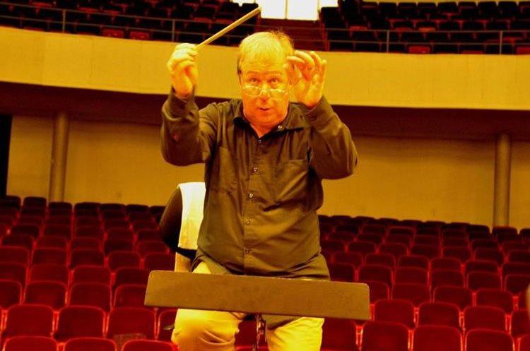 El maestro estadounidense Robert Debbaut es el director invitado. Con su batuta dirige con energía e intensidad a los músicos. (Foto Prensa Libre: Ana Lucía Ola)