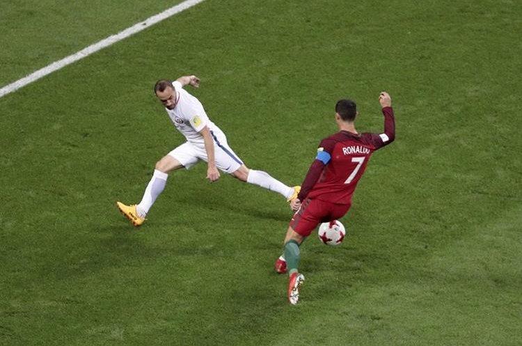 Cristiano Ronaldo engancha por adentro para intentar dejar en el camino a Marcelo Díaz.