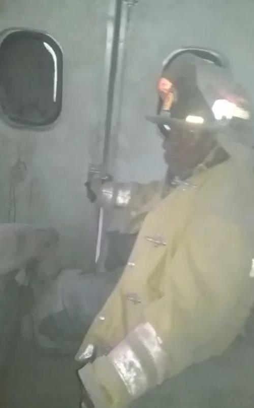 Juan Pérez es el otro socorristas que viajaba en la unidad que quedó en medio del material volcánico. (Foto tomada del video)