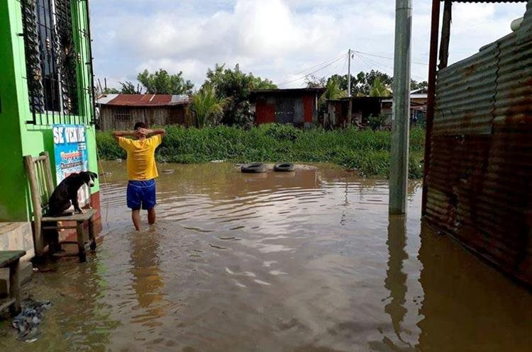 El barrio El Caribe en Morales Izabal es uno de los más afectado por el desborde de ríos. (Foto Prensa Libre: Dony Stewart)