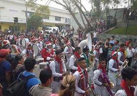 Cientos de personas se reunieron en la Sexta Avenida para apreciar el talento de jóvenes músicos que participaron en el desfile de bandas. (Foto Prensa Libre: Jerson Ramos)