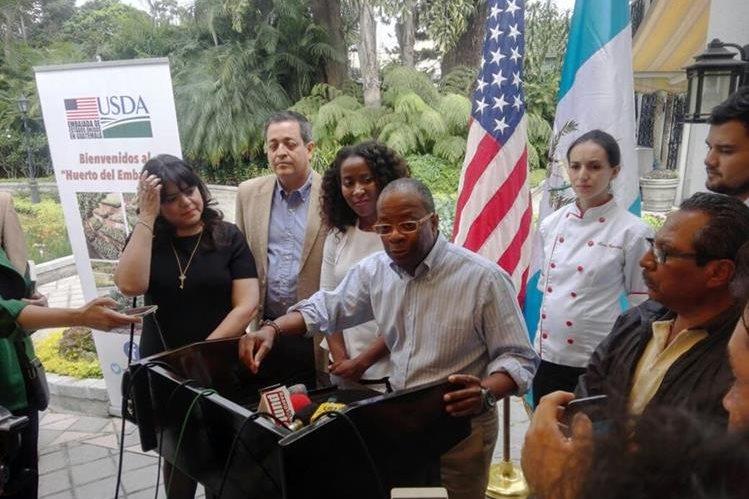 El embajador Todd Robinson durante el recorrido con periodistas por el Huerto del Embajador. (Foto Prensa Libre: Manuel Hernández)