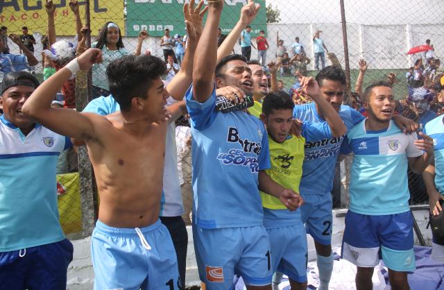 Los jugadores de Sanarate celebran el ascenso a la Liga Nacional en el estadio Pensativo. (Foto Prensa Libre: Jesús Cuque López)