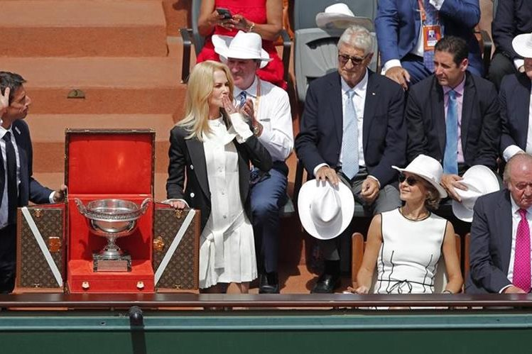 Nicole Kidman manda un beso al público, junto a la reina Sofia y el Rey Juan Carlos. (Foto Prensa Libre: AP)