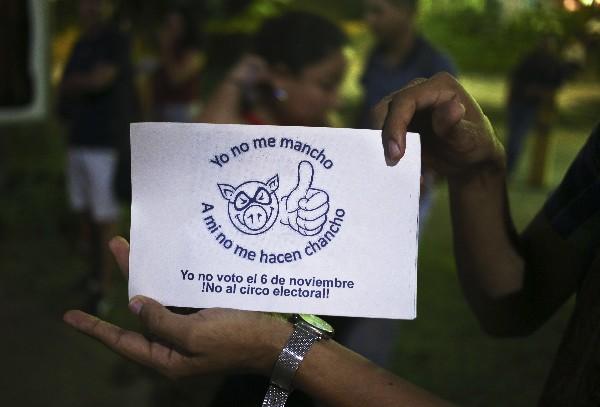 Un estudiante muestra la campaña contra las votaciones de este domingo en Nicaragua. (AP).