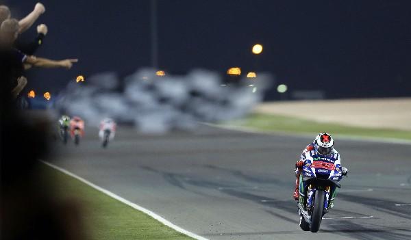 Jorge Lorenzo en acción durante el Gran Premio de Catar. (Foto Prensa Libre: AFP)