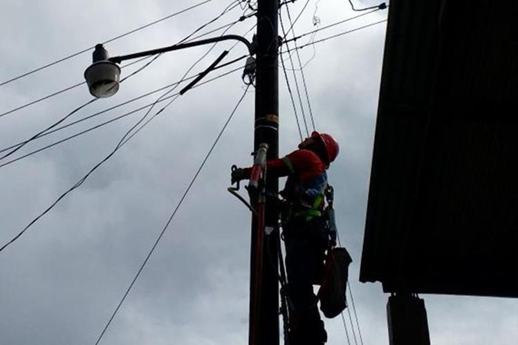 Personal de Energuate desconecta la red que suministra energía a vecinos de Barranca de Gálvez, San Marcos. (Foto Prensa Libre: Whitmer Barrera)