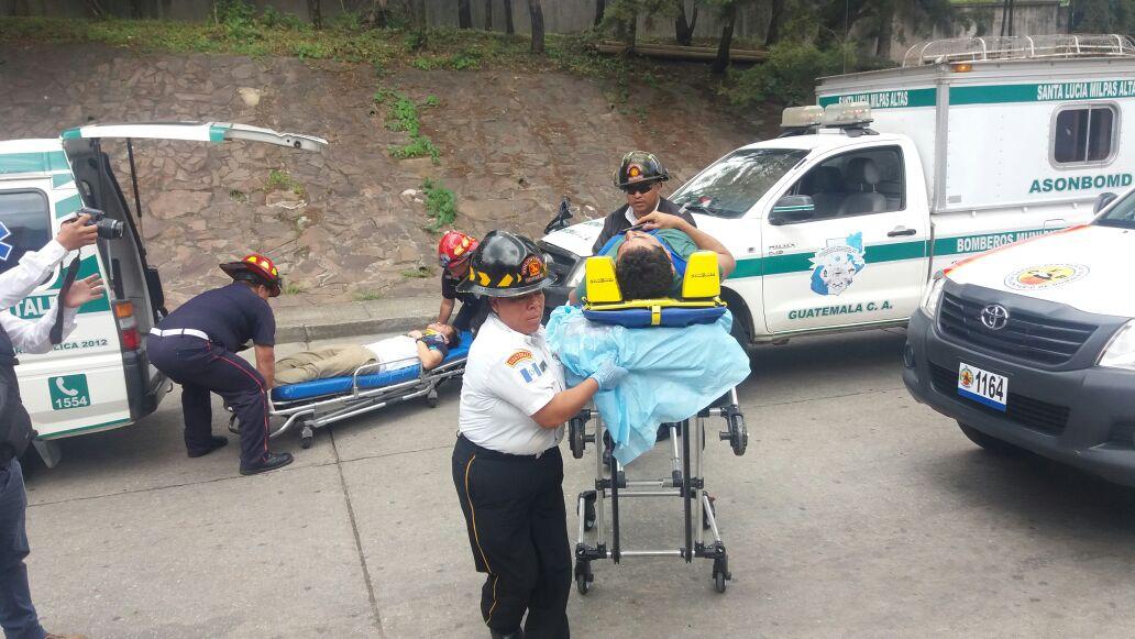 Los heridos fueron llevados a la emergencia del Hospital Nacional Pedro de Betancourt, en la ciudad colonial. (Foto Prensa Libre: Renato Melgar)