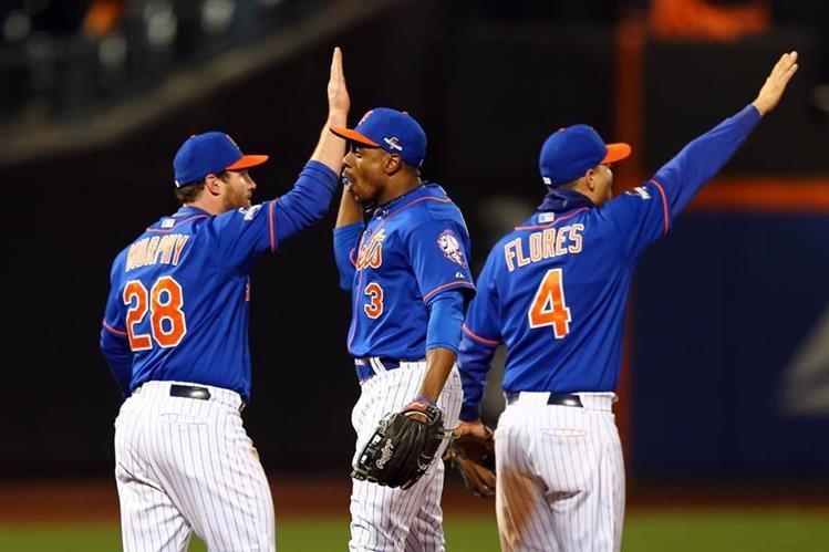 Los Mets de Nueva York festejan el triunfo sobre los Cachorros de Chicago. (Foto Prensa Libre: AFP).