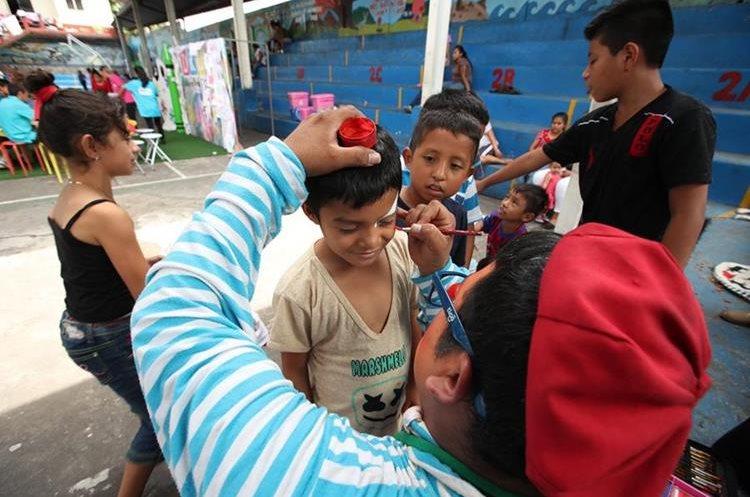 El Mineduc dice que tiene un equipo preparado para que los niños afectados por el volcán retornen con buen ánimo a las clases. (Foto Prensa Libre: Paulo Raquec)