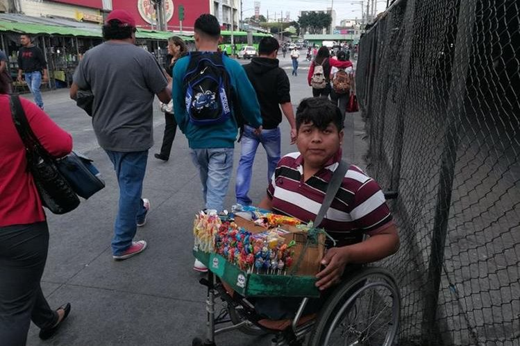 Miguel López Mazariegos indica que sueña con un futuro mejor. (Foto Prensa Libre: Oscar García).