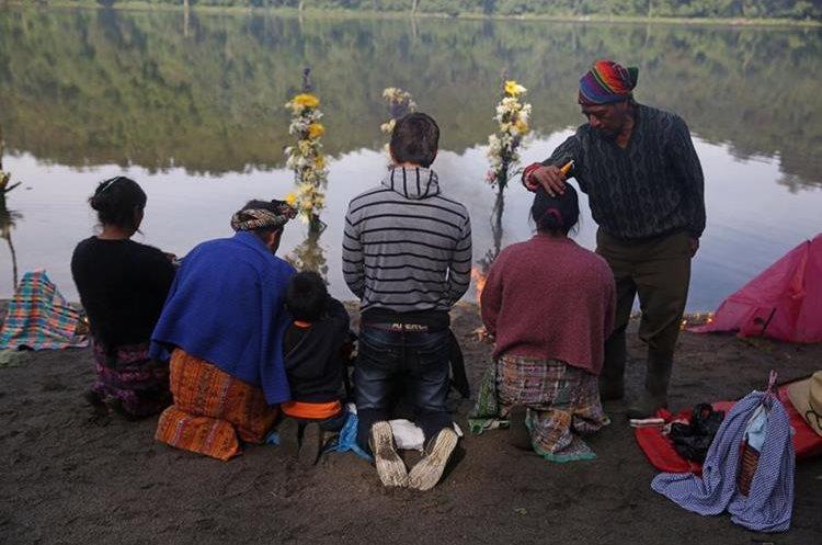 Esta cuerpo natural de agua es muy respetado, porque los lugareños celebran allí sus ceremonias espirituales. (Foto Prensa Libre: EFE)