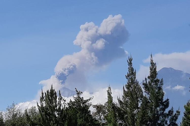 El Volcán de Fuego expulsa grandes cantidades de ceniza sobre poblaciones de Escuintla, Sacatepéquez y Chimaltenango. (Foto Prensa Libre: Julio Sicán)