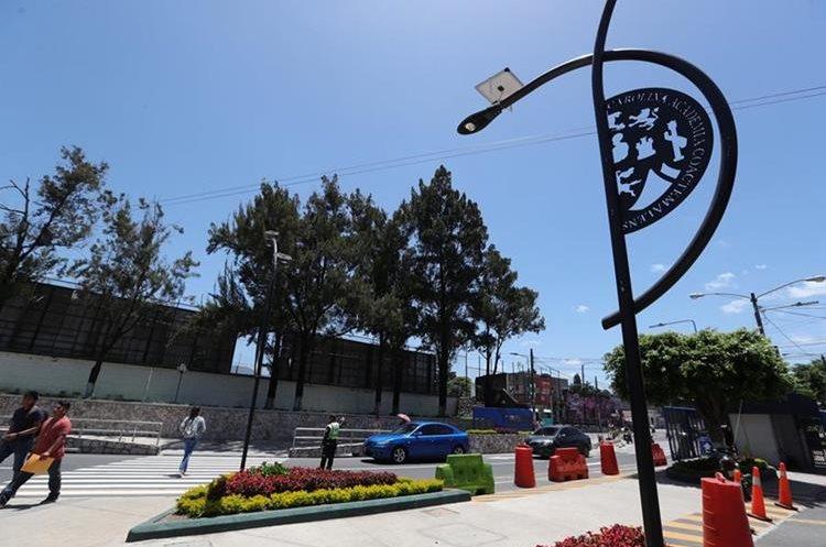 Los luminarias solares funcionan en la ruta de la ciclovía en la Usac, que conecta los acceso de la avenida Petapa y anillo Periférico. (Foto Prensa Libre: Estuardo Paredes)