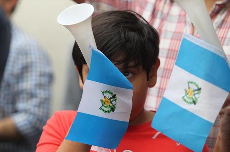 Un grupo de guatemaltecos de distintos sectores sociales se concentr—, primero frente al Palacio Nacional de la Cultura y luego en Casa Presidencial, para pedir la renuncia del presidente Jimmy Morales y externar el respaldo al trabajo del MP y la Cicig.    Fotograf'a. Erick Avila:            26/08/2017