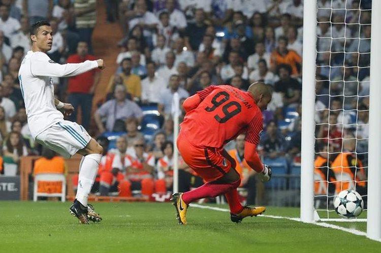 Cristiano Ronaldo en la acción a gol donde el balón no ingresa.