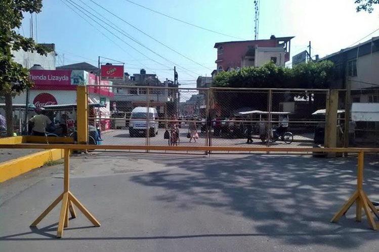 Manifestantes mexicanos cierran paso fronterizo hacia Guatemala. (Foto Prensa Libre: Álex Coyoy)