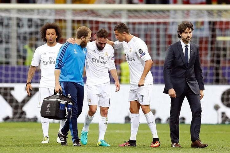 El portugués Cristiano Ronaldo le habla a Dani Carvajal mientras sale del campo lesionado en el juego contra el Atlético de Madrid en la final de la Champions. (Foto Prensa Libre: AP)