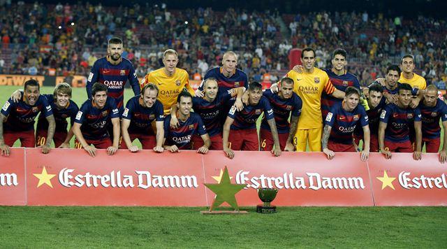 Los jugadores del FC Barcelona posan con los trofeos tras vencer 3-0 a la Roma, durante el encuentro correspondiente al trofeo Joan Gamper disputado en el Camp Nou, en Barcelona.