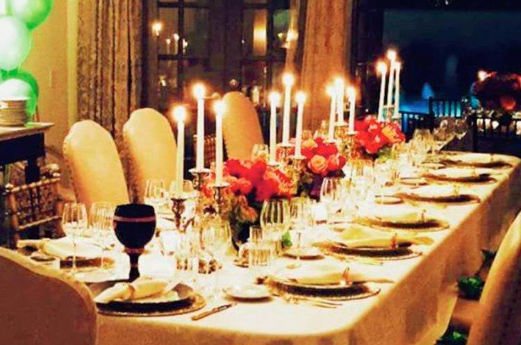 La mesa fue decorada a la perfección con flores le daban un toque muy especial, copas de cristal y platos en color dorado.