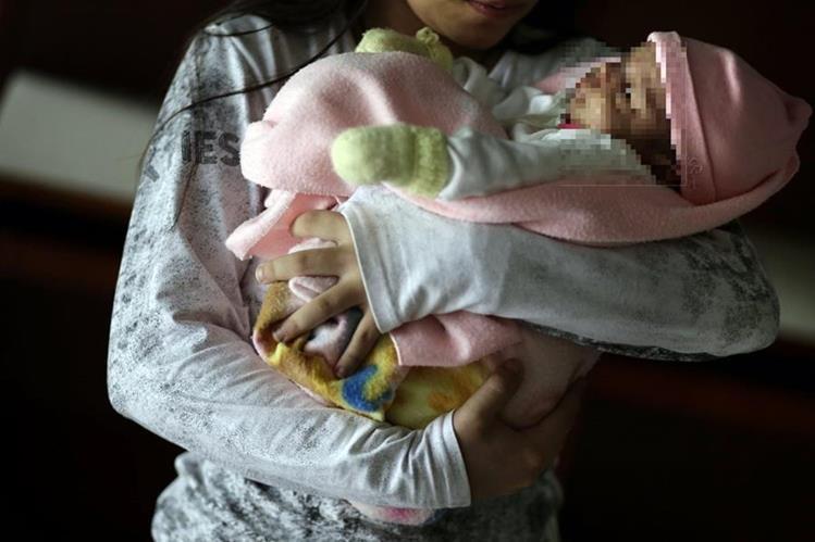<em>Ilustración. La niña paguaya de 11 años resultó embarazada tras ser violada supuestamente por su padrastro.(Foto Prensa Libre: AP).</em>